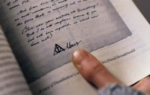 DH1_Albus_Dumbledore's_signature_with_Deathly_Hallows_symbol